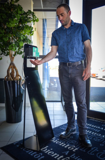 Ce distributeur de gel hydroalcoolique Fludoz Totem, sur pied, permet de distribuer du gel automatiquement par la détection des mains.