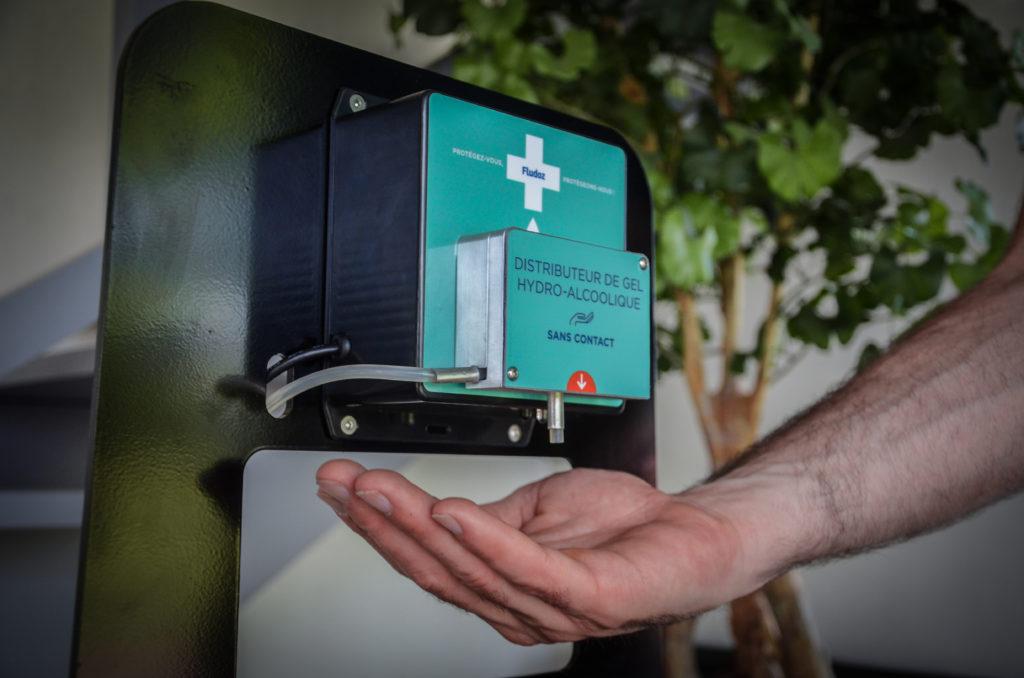 Les distributeurs de gel et solution hydro-alcoolique FLUDOZ® sont sans contact grâce à la détection automatique de la main.